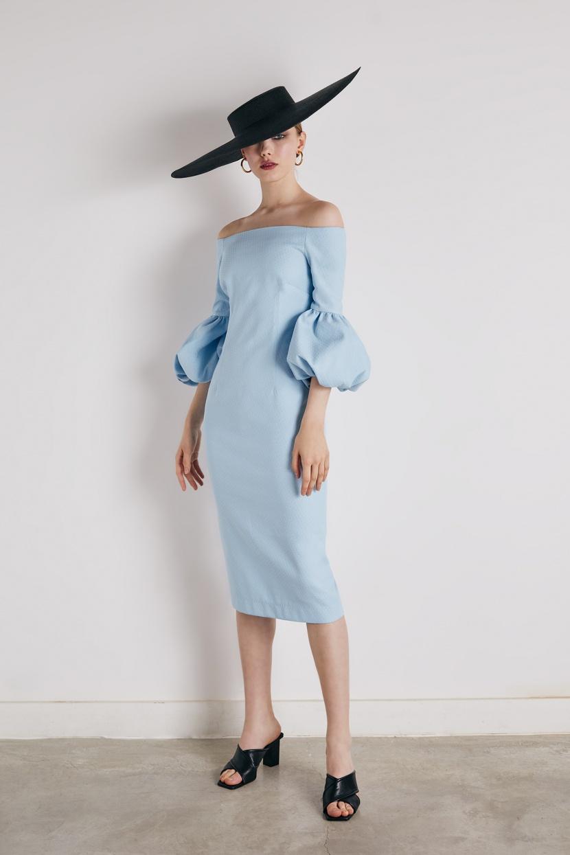 Vestido de cocktail recto con largo midi en azul celeste.