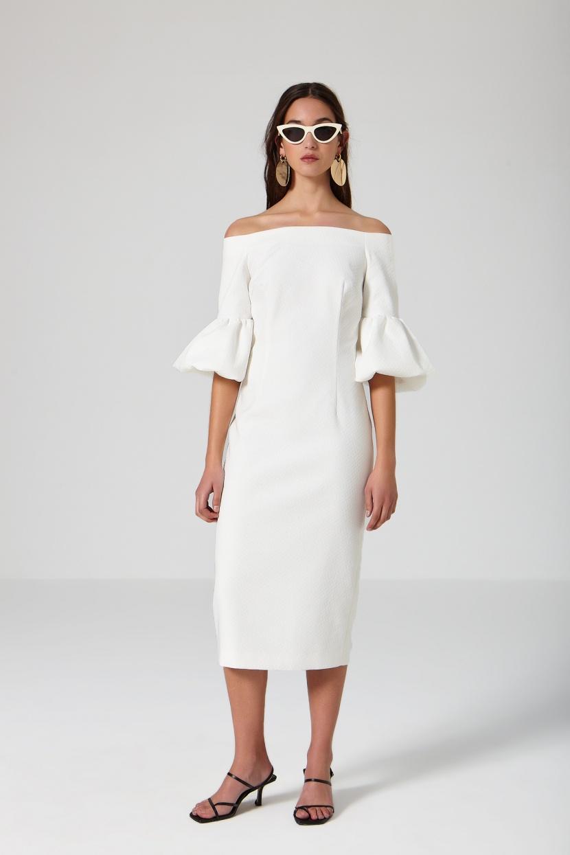 Vestido recto blanco con escote de barco. Largo midi.